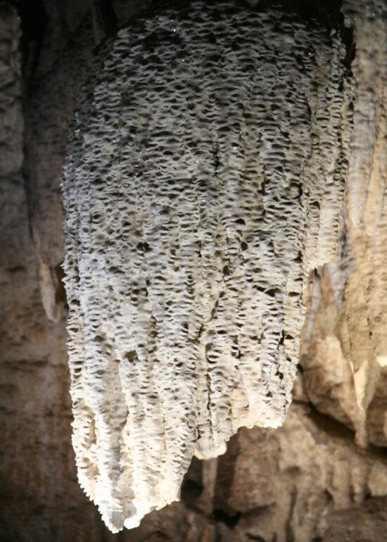 Binnen in de grotten