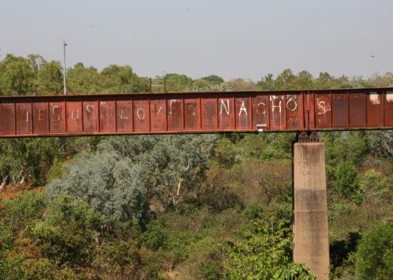 Katherine: de oude spoorbrug met een aparte tekst