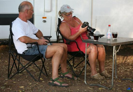 Alwin en Michelle bekijken de vangst van de dag