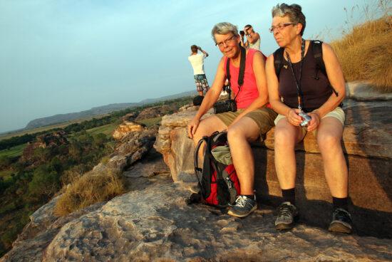 Heini en Mea genieten van het uitzicht op de top bij Ubirr.