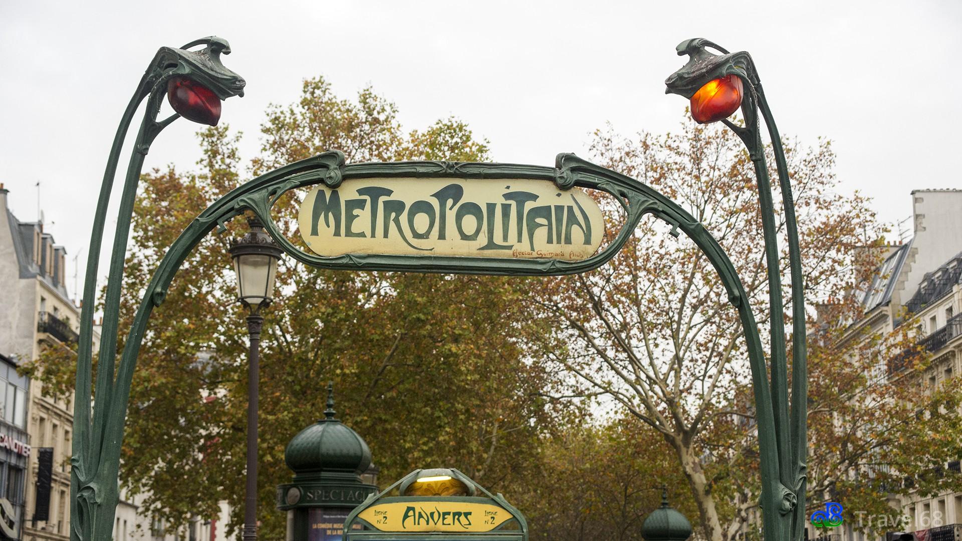 De halte van de metro in Parijs