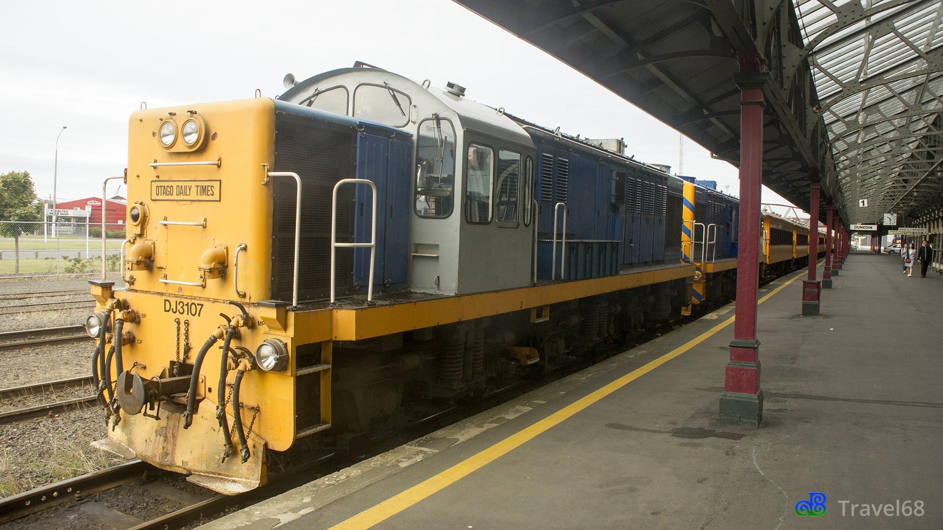 De trein die richting Taieri Gorge gaat staat klaar voor vertrek