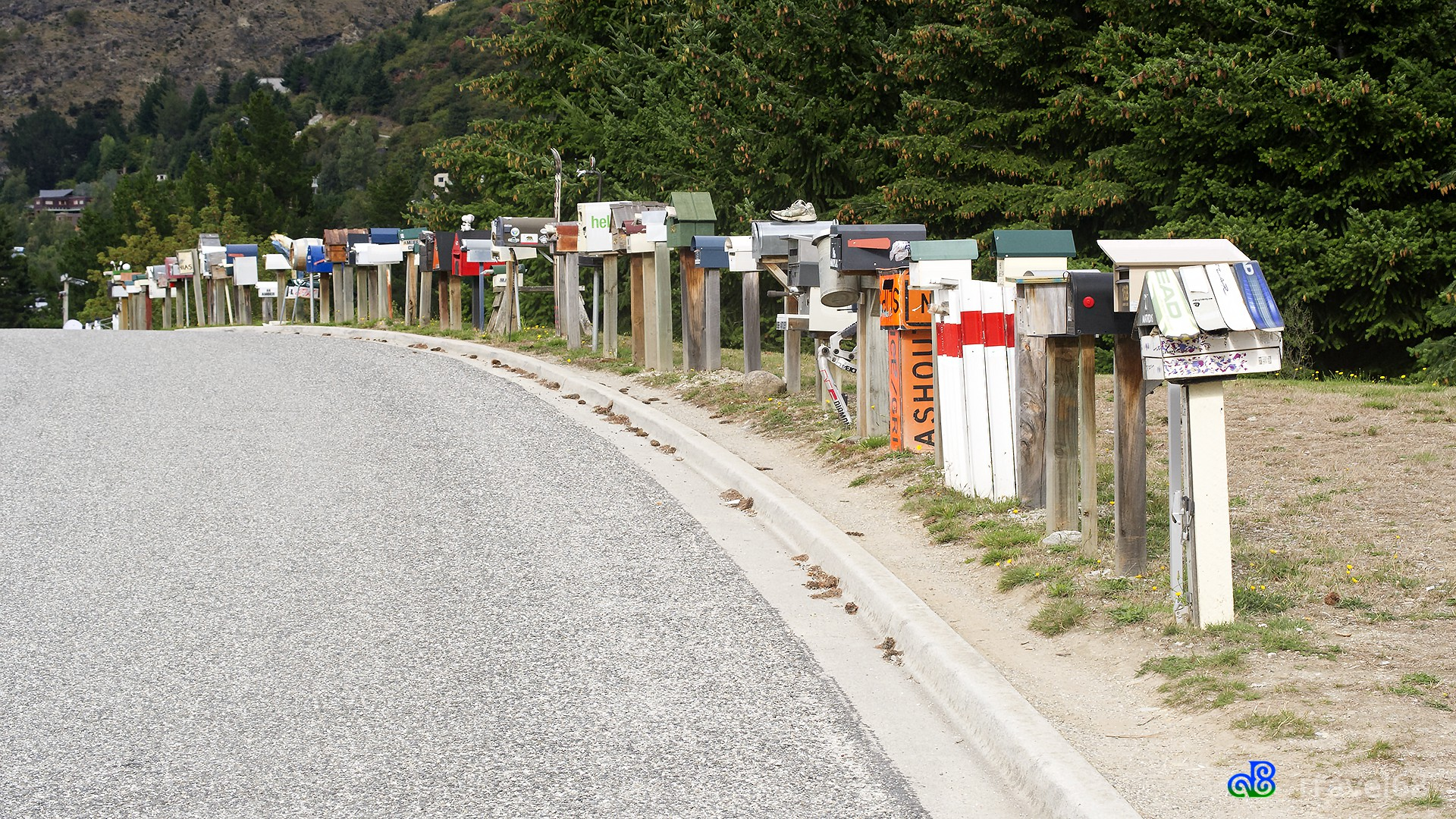Allerlei verschillende modellen brievenbussen op een rij