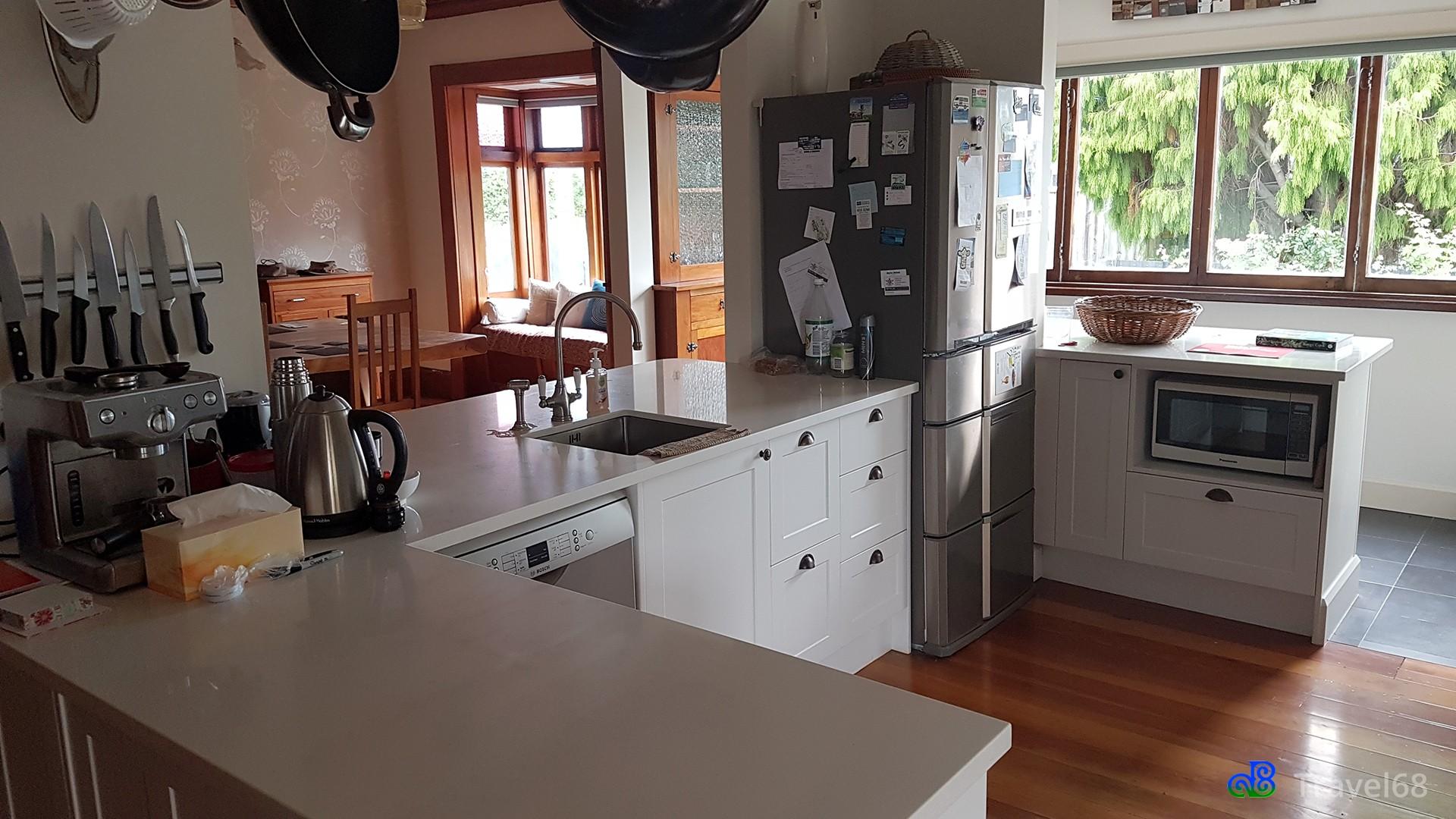 Een kant van de keuken