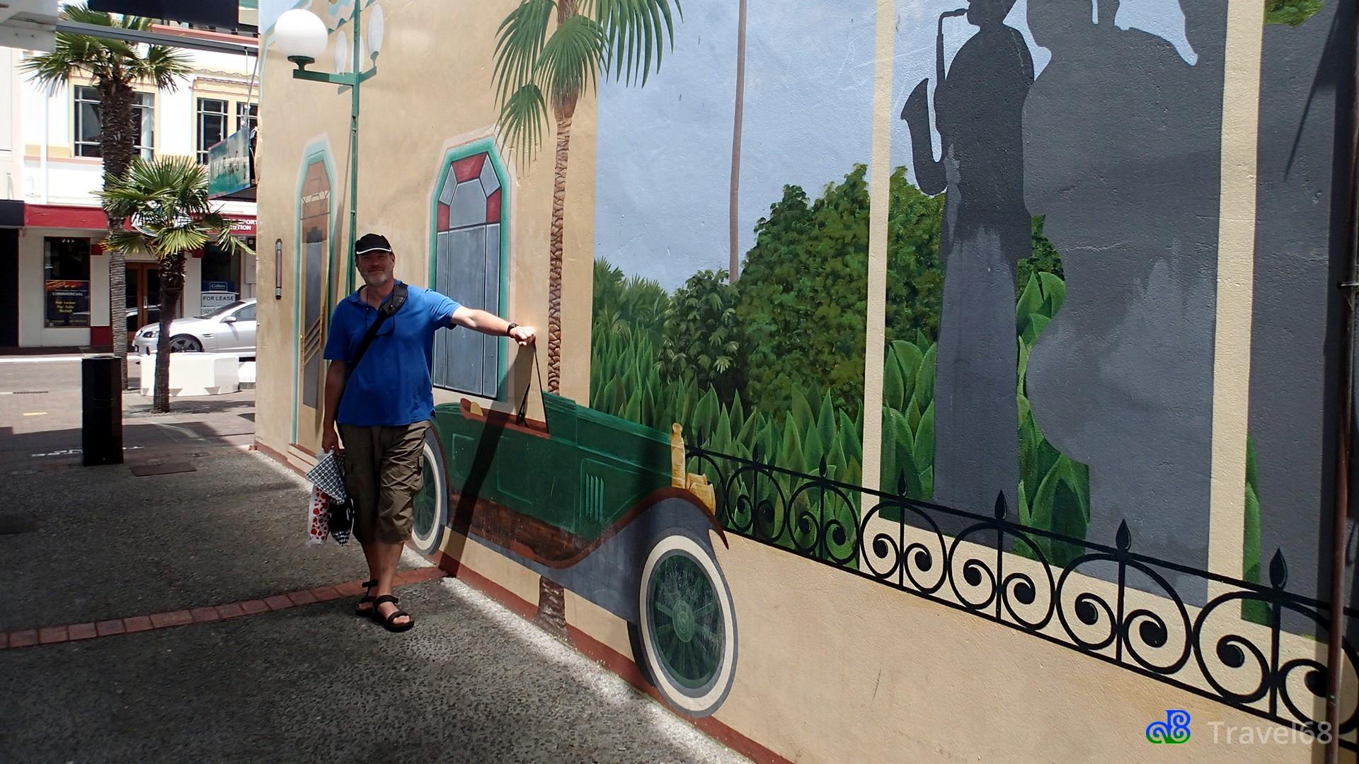 Peter staat bij een muurschildering