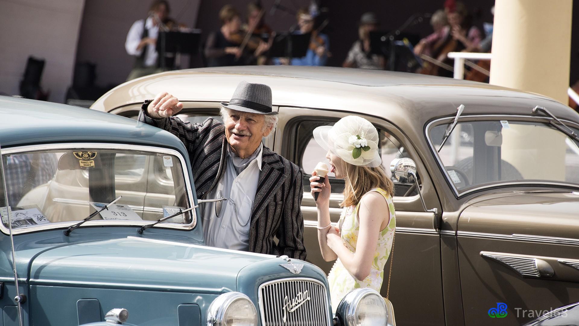Een bezoekster van het festival praat met een autobezitter