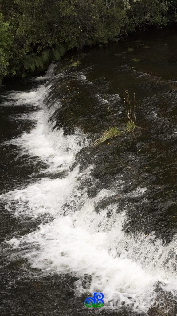 Watervalletje bij een brug