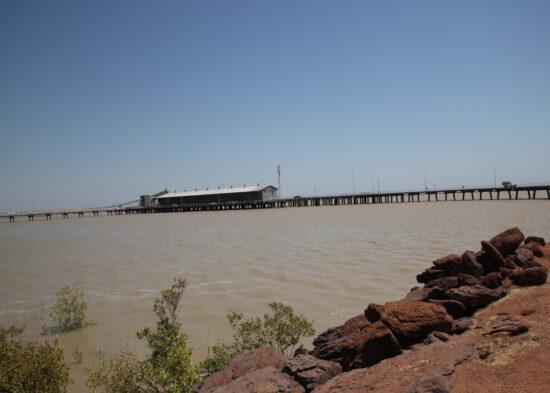 De jetty (pier) bij Derby, het tij was bijna op z'n hoogst, het getijdeverschil is 11 meter...
