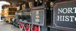 """Oude treinen in het spoorwegmuseumpje in Pine Creek, de stoomloc is van 1877 en gebruikt in de film """"We of the never never"""""""